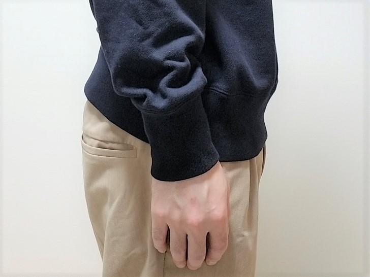 ユニクロのスウェットシャツを着た男性