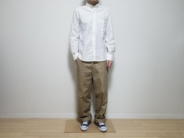 白シャツにカーキのレッドキャップを着たコーデ